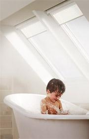 Ventana para tejados giratoria acabada en poliuretano blanco de gran resistencia a la humedad, perfecta para cuartos de baño.